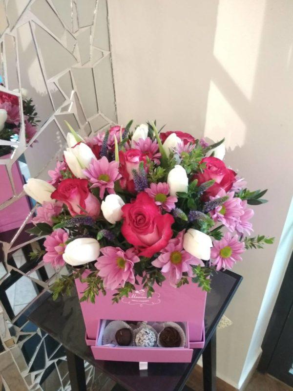 Букет из роз, тюльпанов, кустовой хризантемы и зелени и коробка конфет