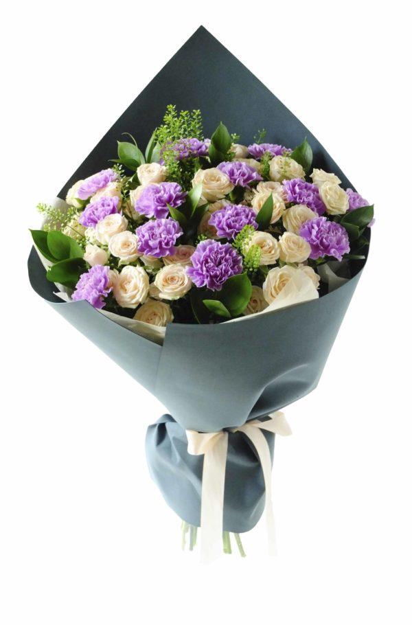Букет кустовых роз и гвоздик