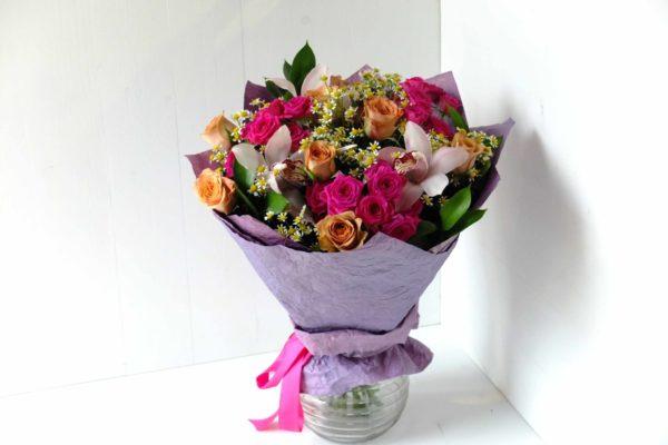 Букет из кустовых роз и орхидеи