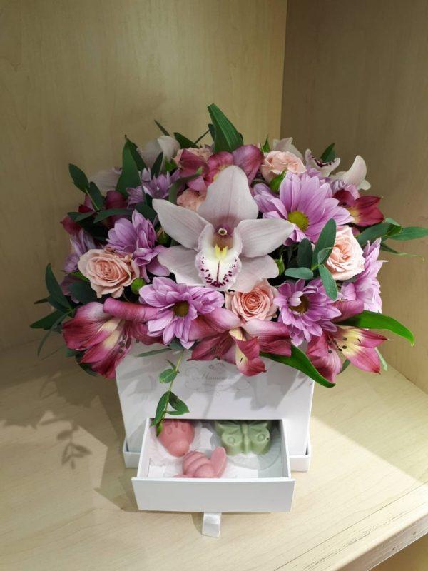 Букет из хризантем, орхидей, альстромерий