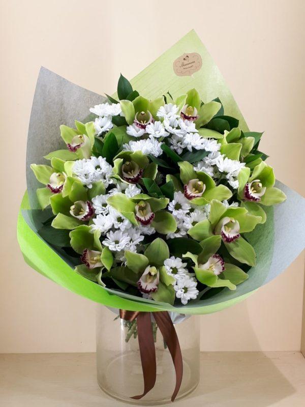 Букет из хризантем, орхидеи
