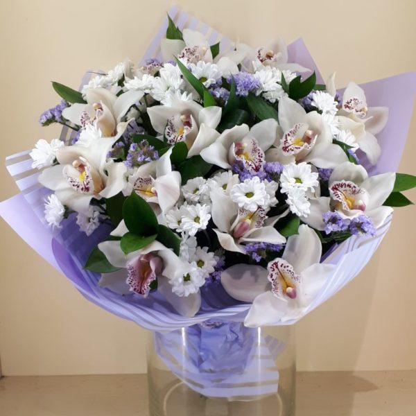Букет из хризантем, орхидей