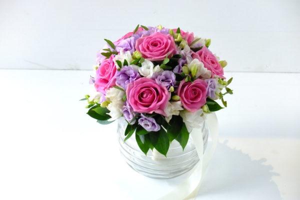 Свадебный букет из роз и фрезий, эустом