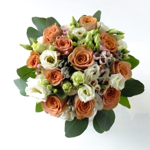 Свадебный букет из роз капучино, бруния и эустом