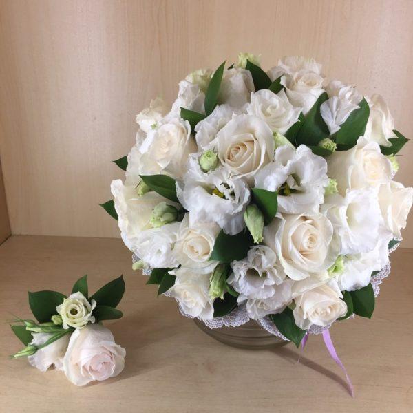 Букет из эустомы, одноголовой розы, зелени