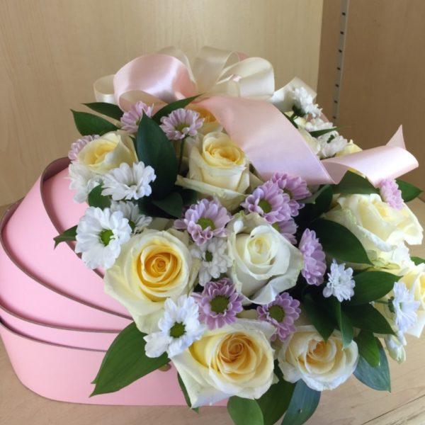 Букет из роз, кустовой хризантемы, зелени