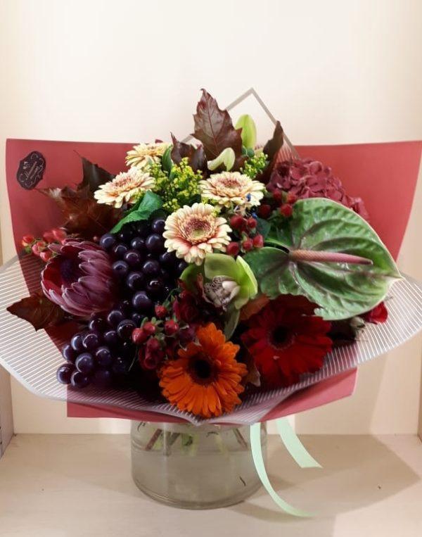 Букет из герберы, антуриум, гортензии, орхидеи, гиперикумы, зелени