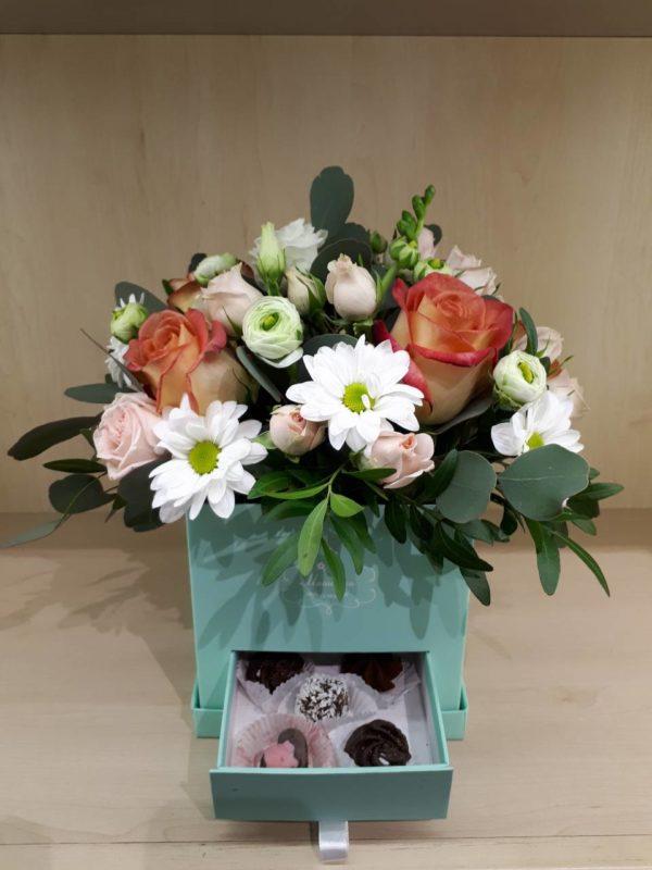 Букет из роз, кустовой хризантемы, кустовых роз и зелени и коробка конфет