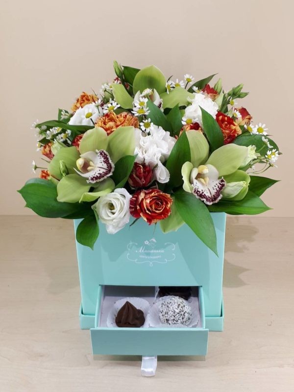 Букет из орхидеи, кустовой розы, эустомы и зелени и коробка конфет