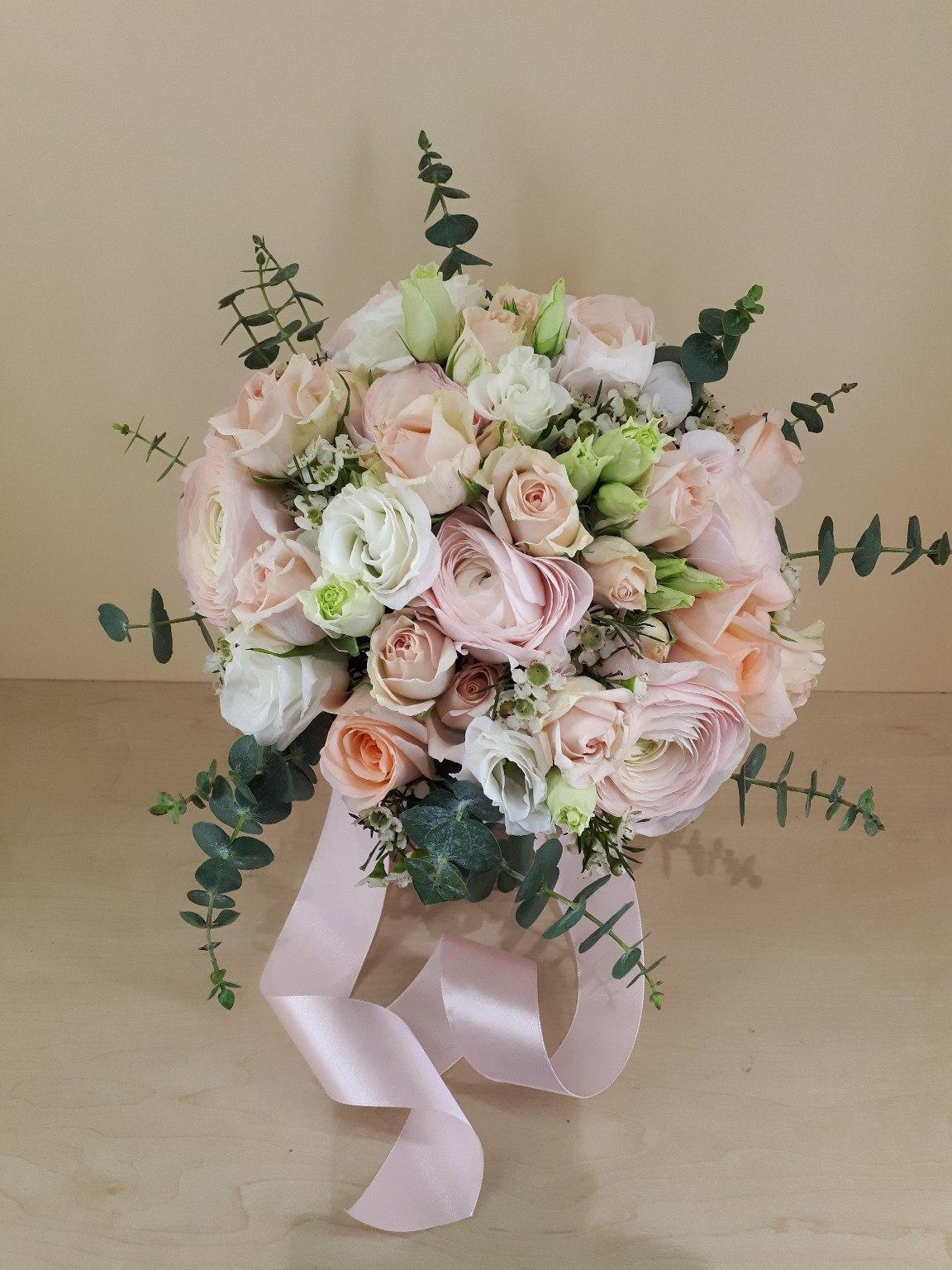 Букет свадебный из ранункулюсов кустовой розы, цветов уфе круглосуточно