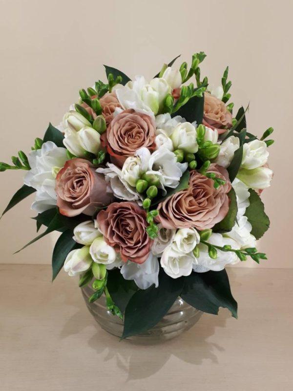 Букет из роз сорта капучино, фрезия, зелени