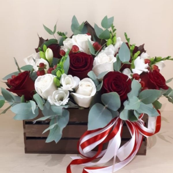 Букет из роз, фрезии, эвкалипта