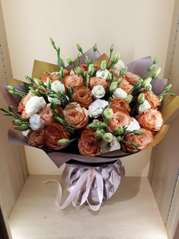 Букет из пионовидной розы и эустомы