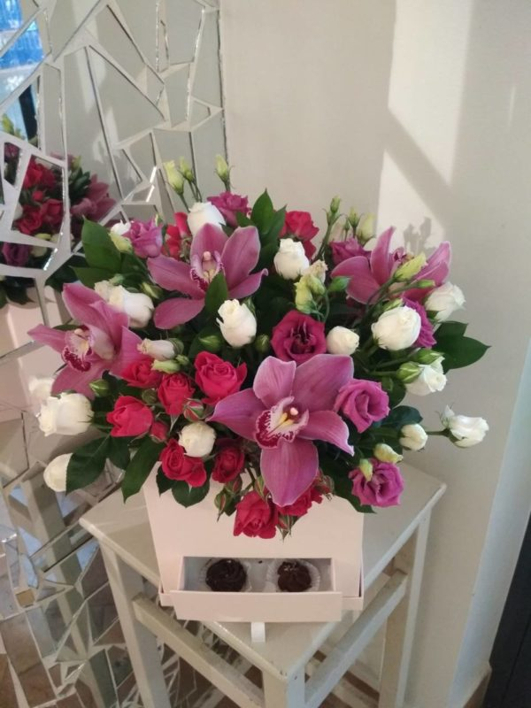 Букет в коробке-шкатулке с конфетами ручной работы состоящей из орхидеи кустовой розы, эустомы, зелени