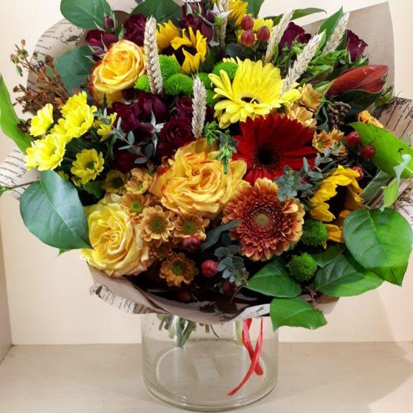 Букет из герберы, роз, кустовой хризантемы, кустовых роз, подсолнух, гиперикум, зелени