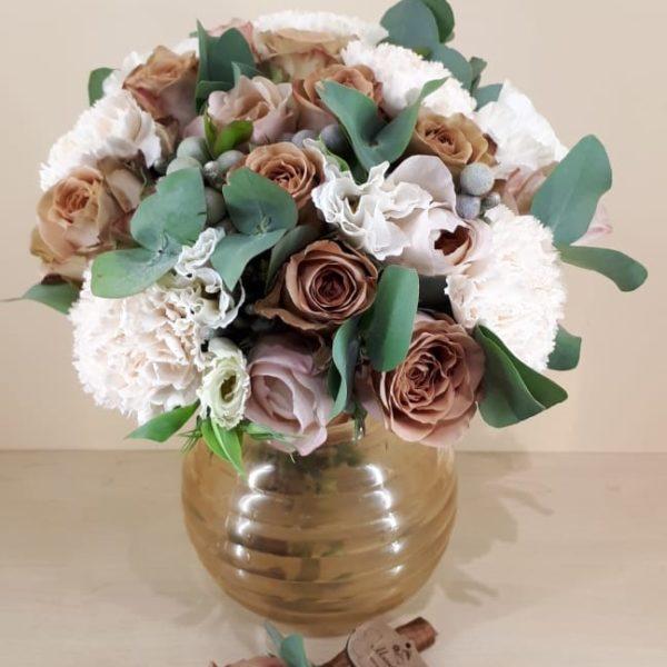Букет из роз сорта капучино, гвоздика, фрезии, эустомы, бруния эвкалипта