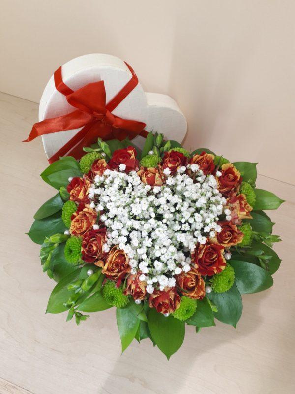 Букет цветов в коробке в форме сердца