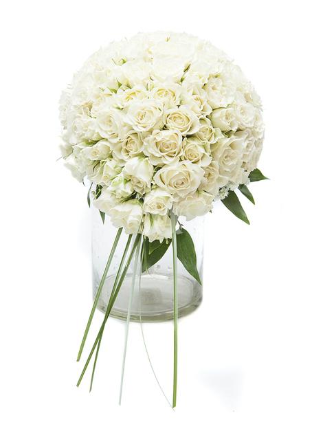 Свадебный букет из кустовых роз и зелени