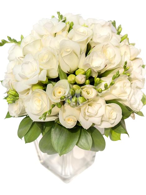 Свадебный букет из одноголовых роз и фрезий, зелени