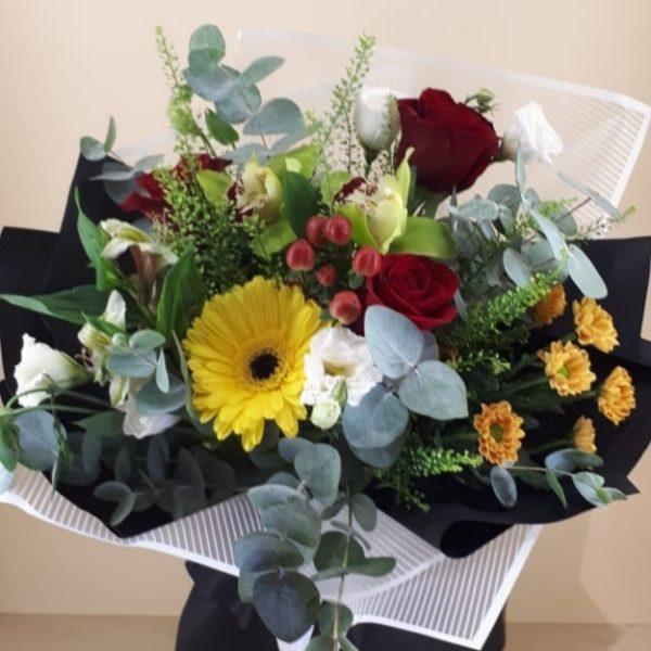 Букет из гербера, орхидеи, кустовой хризантемы, эустомы, гиперикумы, роз, зелени