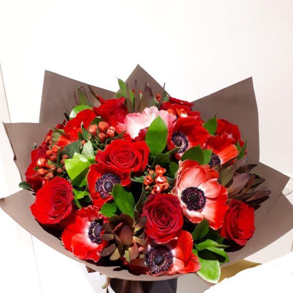 Букет из роз, анемон и зелени