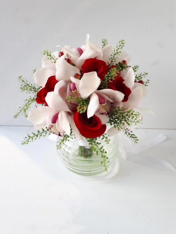 Свадебный букет из орхидеи, роз и гиперикумов