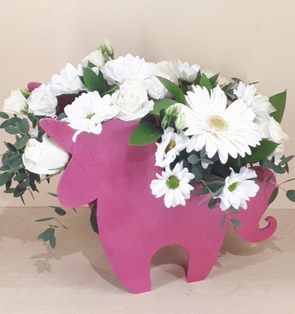 Букет в деревянном единороге состоящий из гербера, эустомы, кустовой хризантемы, роз