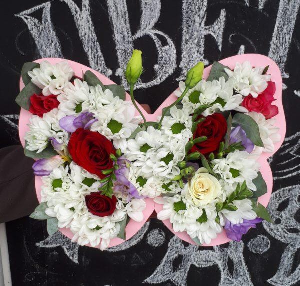 Букет в бабочке из пенополистерола состоящий из роз, фрезии, кустовой хризантемы, зелени