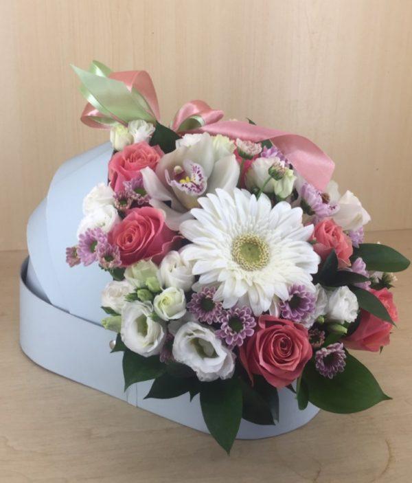 Букет в люльке состоящий из гербера, орхидеи, эустомы, кустовой хризантемы, роз, зелени