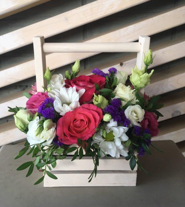 Букет в деревянном ящичке состоящий из роз, эустомы, статицы, зелени