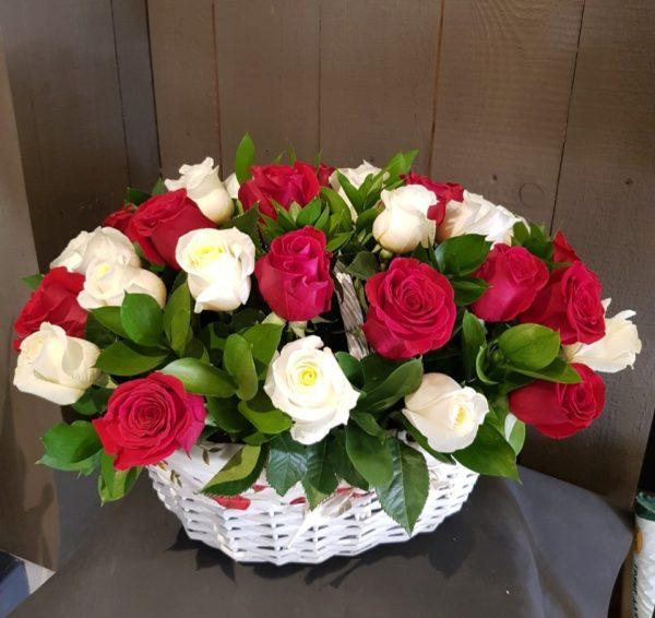 Букет состоит из роз, зелени