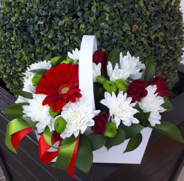 Букет сумочка из гербера, кустовой хризантемы, роз, зелени
