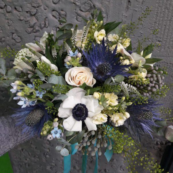 Букет из анимоны, роз, брунии, фрезии, альстромернии, экзотических цветов, зелени