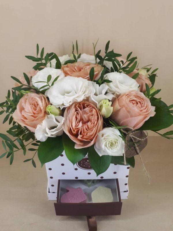 Букет в коробке-шкатулке с конфетами ручной работы состоит из роз, эустомы, зелени
