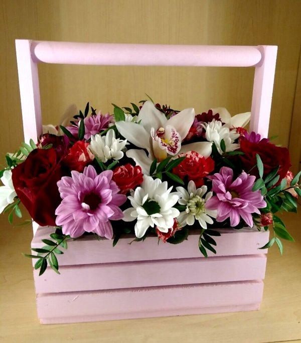 Букет в деревянном ящичке состоит из орхидеи, кустовой хризантемы, роз одноголовых и кустовых, зелени