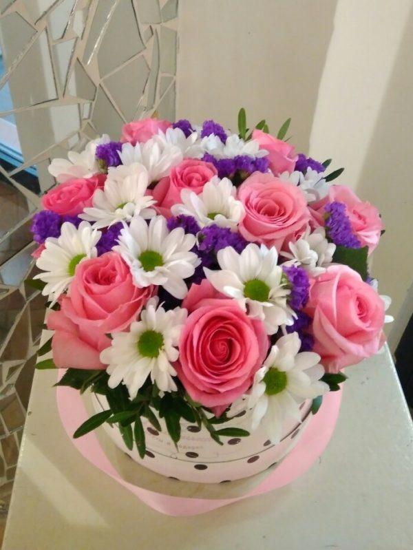 Букет в коробке состоит из роз, кустовой хризантемы, статицы