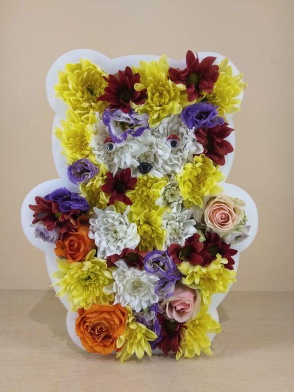 Букет из фигуры медведя из пенополистерола состоящий из хризантемы, эустомы, роз
