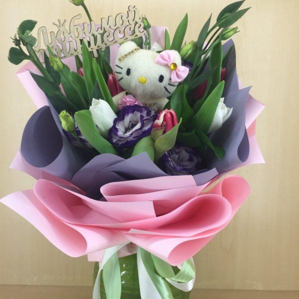 Букет из эустомы, тюльпанов, мягкой игрушки, зелени