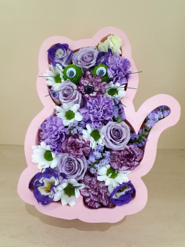 Букет из фигуры кота из пенополистерола состоящий из роз, эустомы, хризантемы, гвоздики
