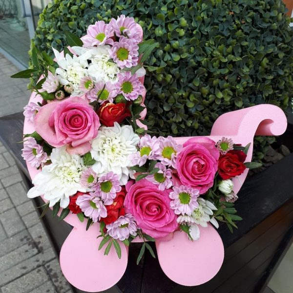 Букет в люльке из пенополистерола состоящий из роз, хризантем, зелени