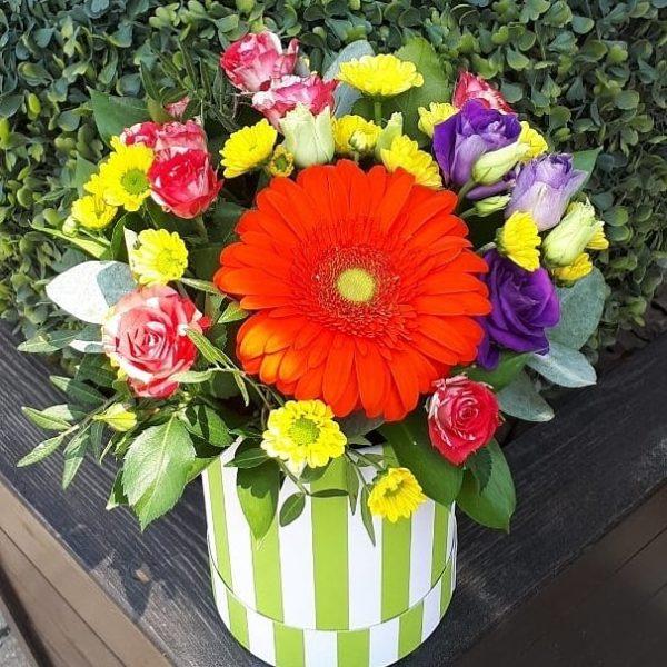 Букет в шляпной коробке состоящий из гербера, кустовой розы, эустомы, хризантемы, зелени