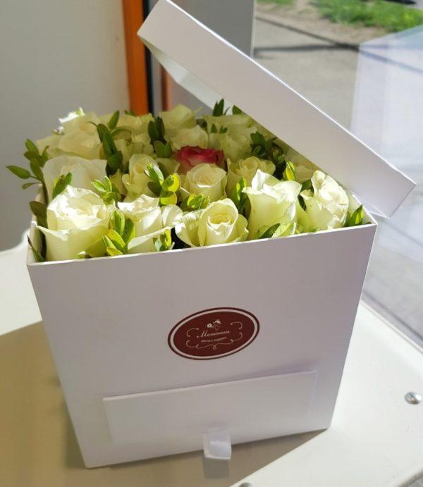 Букет ручной работы из кенийской розы, зелени и коробки-шкатулки с конфетами