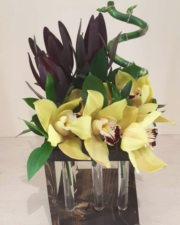 Букет в подставке с колбами из орхидеи, бамбука, зелени