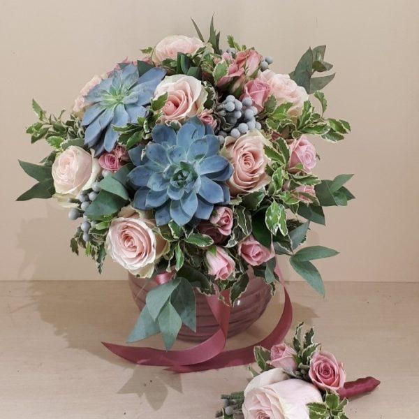 Букет из розы одноголовой, розы кустовой, каменной розы