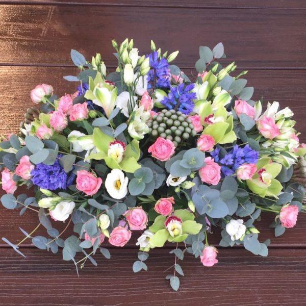Букет из орхидей, роз, эустом, статицы, зелени