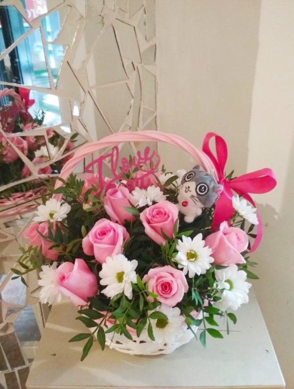 Букет из роз, кустовой хризантемы, зелени, мягкой игрушки, топпера