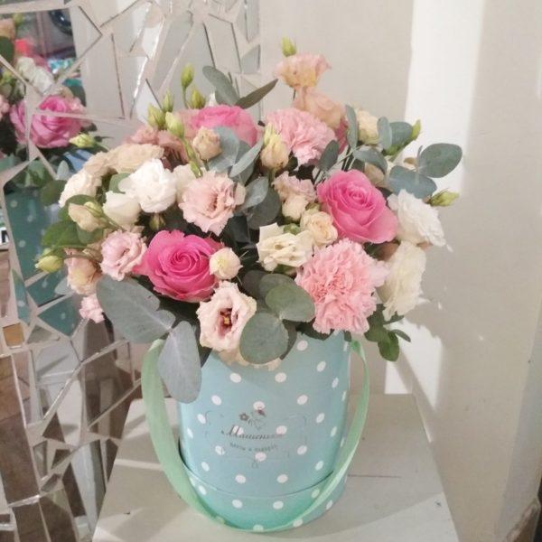 Букет в шляпной коробке из розы кустовой и одноголовной, эустомы, гвоздики, зелени