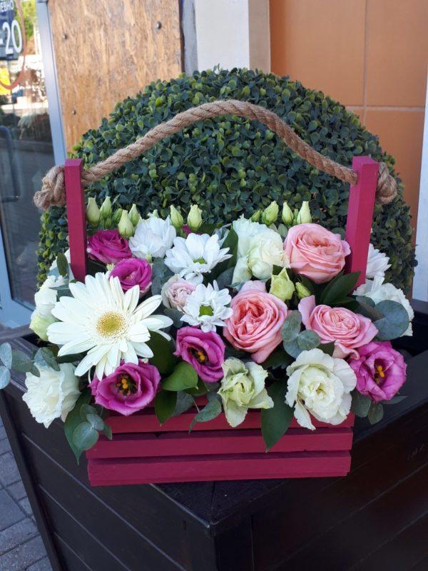 Букет деревянном ящичке состоящий из гербера, эустомы, роз, кустовой хризантемы, зелени