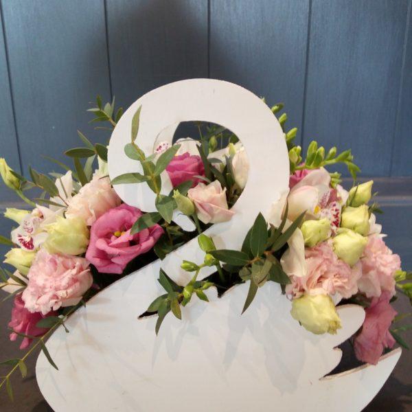 Букет из орхидеи, эустомы, кустовой розы, фрезии, зелени