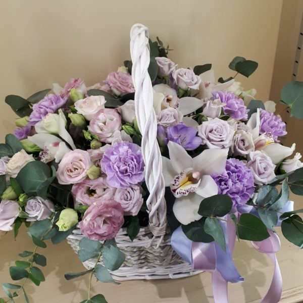 Букет в корзине состоящий из орхидеи, роз, эустомы, гвоздики, зелени